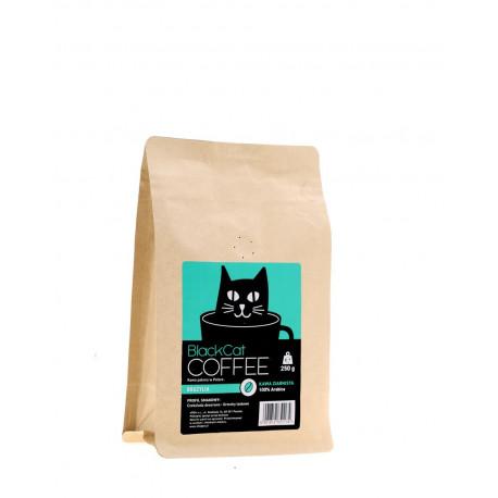 KawaBlack Cat Brazylia to brazylijskie ziarna arabiki (100%) wypalone w Polsce. Jest odpowiedzią na oczekiwania miłośników kwaskowatych naparów o bogatej palecie smaków.