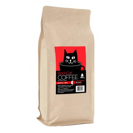 Kawa BLACK CAT to lekka mieszanka brazylijskiej arabiki (50%) i indyjskiej robusty (50%). Posmak orzechów włoskich, gorzkiej czekolady i nut cedrowych oraz niska kwasowość to jej główne atuty.