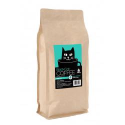 Black Cat to mieszanka wypalana w polskiej palarni, ze starannie wyselekcjonowanych ziaren brazylijskiej arabiki.Palona jasno, dajekwaskowy napar.Wewnątrz kilogramowego opakowania umieszczono starannie wyselekcjonowane ziarna arabiki (100%) uwalniające czekoladowe, a także orzechowe aromaty o satysfakcjonującej intensywności.