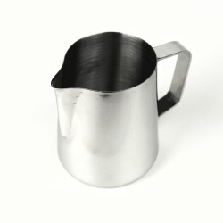 Wygodny dzbanek do spieniania mleka.